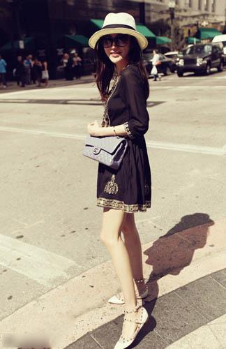 金色刺绣的黑色连衣裙有一种名族感,脚上的水钻华伦天奴单鞋与香奈儿包,大走民族大牌风