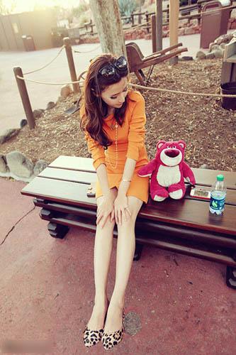 橘色长袖连衣裙搭配豹纹鞋,性感而野性。