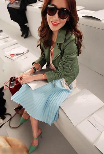绿色皮衣也能搭配天蓝色长裙,脚上的尖头鞋是今春最热鞋款之一。