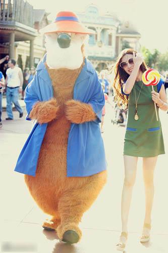 绿色与蓝色拼接的连衣裙,明媚而不失气场。超短的长度更能营造性感味。