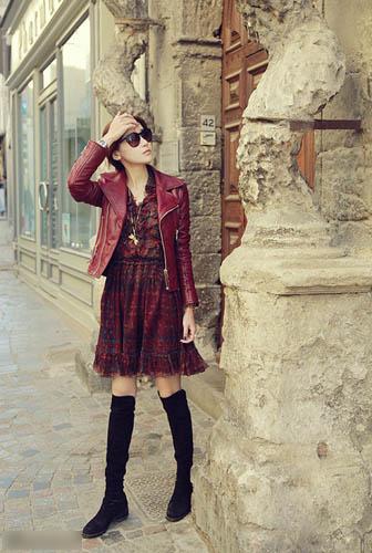 同样是皮衣搭配连衣裙的装扮,红色系更加明媚十足。蜻蜓项链与宝蓝色指甲油,质感又童趣。正红色的戴妃包绝对是质感之选。