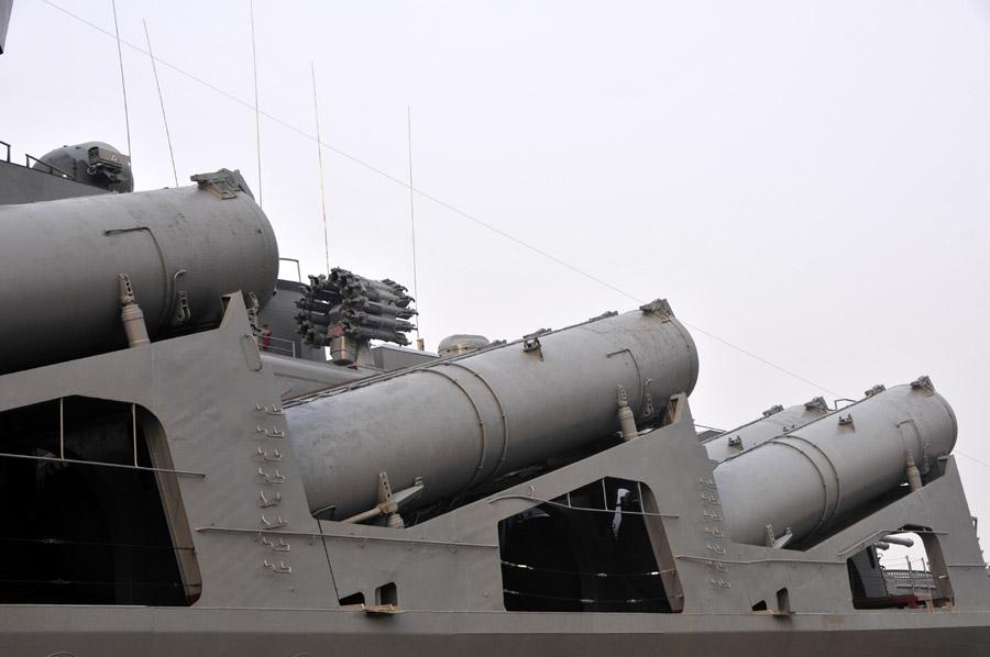 """杨雷摄/中方官兵登上""""瓦良格""""号导弹巡洋舰。新华军事记者杨雷摄..."""
