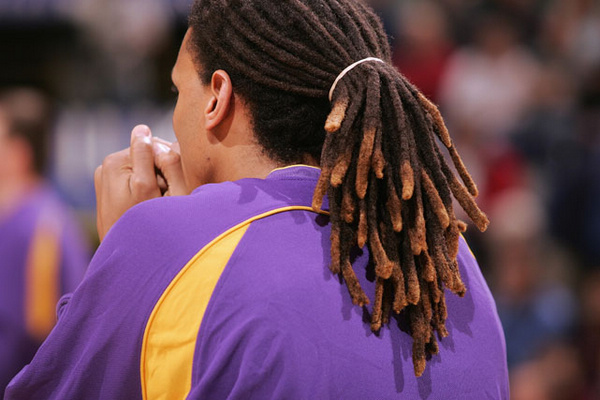 近日随着小斯的伤愈复出,他的发型也有了变化,梳了一头地垄沟的他发型也成了媒体关注的焦点。其实NBA赛场上并不缺乏一些怪异的发型,尤其是地垄沟发型和满头的辫子,我们一起来盘点一下。 (责任编辑:常璠)