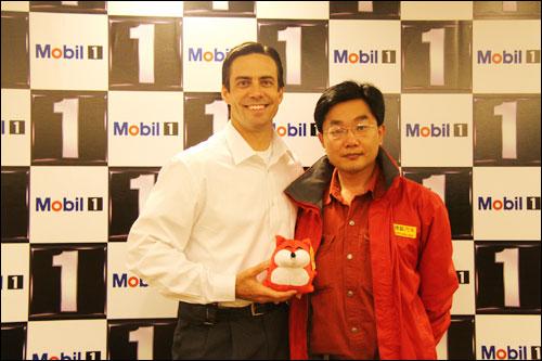 埃克森美孚(中国)投资有限公司总经理葛毅韬(左)与搜狐汽车用车频道主编陈宇(右)