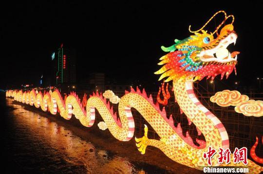 中国 兰州/图为兰州市城关区黄河双龙彩灯夜景。
