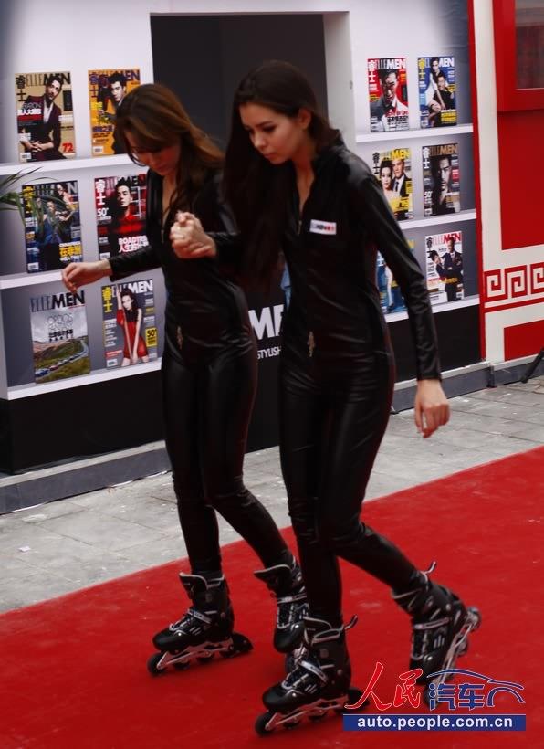 性感 轮滑/性感皮衣紧身包裹火辣外模在人民网展台秀轮滑(组图)