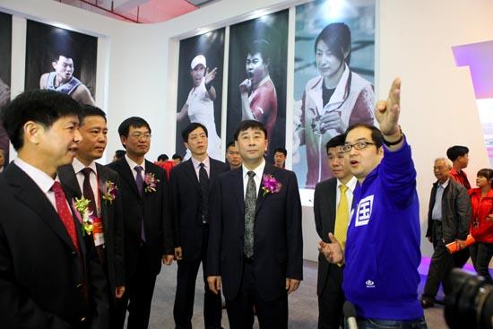 科技 徐阳向/安踏体育用品有限公司总裁助理徐阳向领导介绍安踏展台