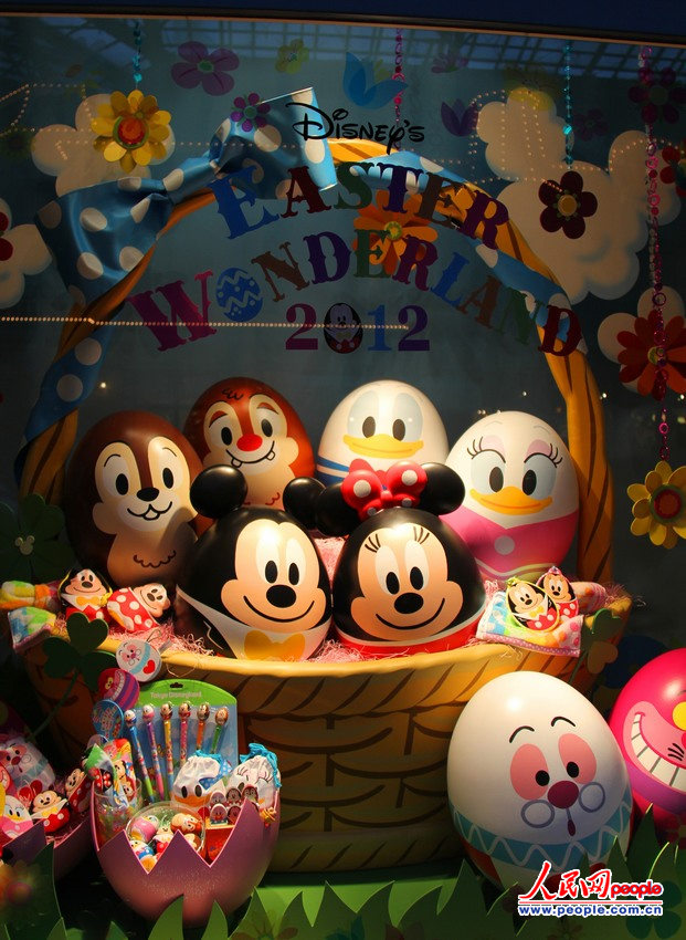 """迪士尼/""""迪士尼复活节奇幻世界游行""""中的花车与城堡东京迪士尼乐园。..."""