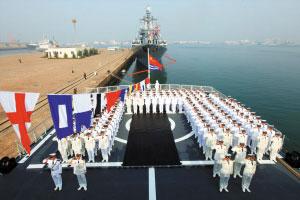 4月23日,参与中俄海上联合军演的海军士兵在军舰上参加升旗仪式。 新华社发