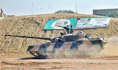 中巴合作的哈立德(MBT-2000)主战坦克进行性能展示。