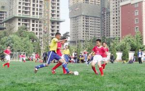 """昆明校园足球活动已经在初具规模的基础上,呈现""""从量到质""""转变的发展态势。记者王姗摄"""