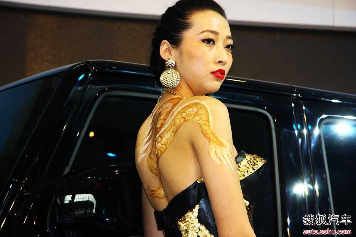 太���#�.b:)��a�_北京车展惊现龙纹身车模 低胸露背齐b短裙