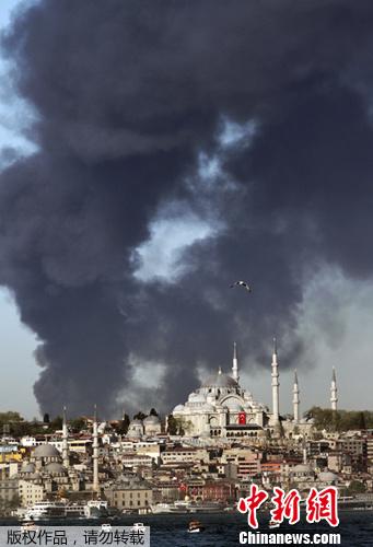 消防 伊斯坦布尔/当地时间2012年4月23日,土耳其伊斯坦布尔,一家纺织工厂发生...