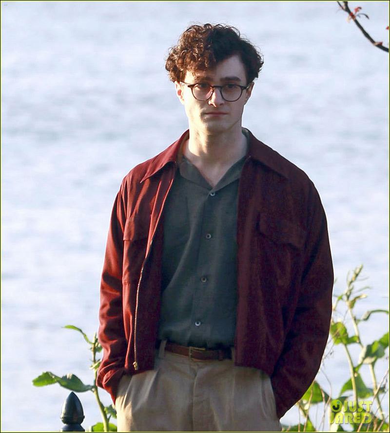 丹尼尔/高清:《杀掉汝爱》片场丹尼尔穿红外套眼镜平添忧郁