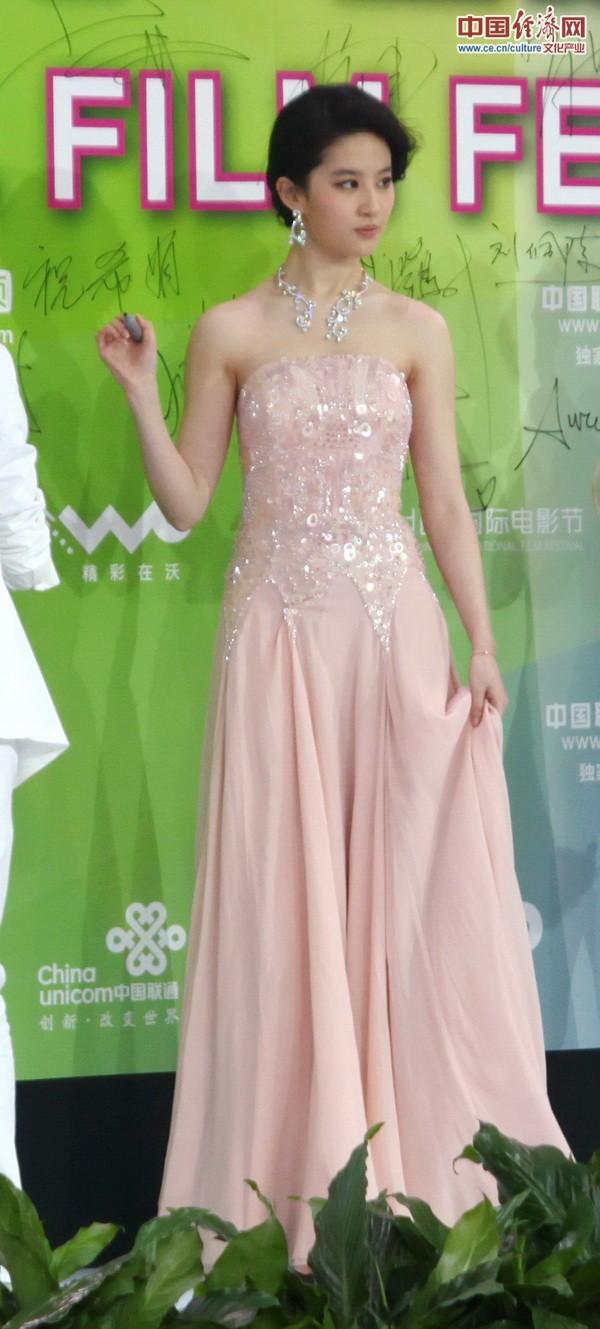 多位女星穿抹胸裙亮相北京国际电影节红毯仪式(组图)