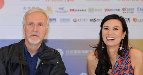 卡梅隆出席北京电影节 媒体记者戏称采访先摇号