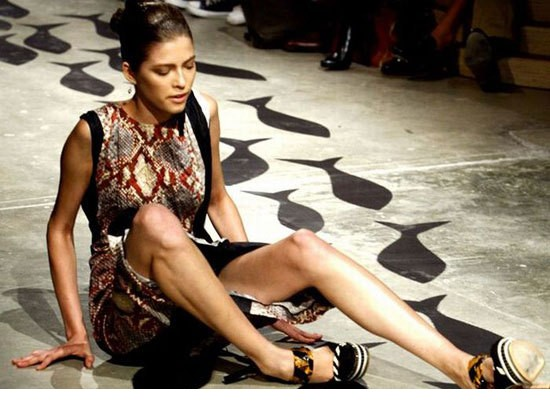 模特/国际时装秀的T型台上穿着高跟鞋走猫步的纤细模特们难免会出现...