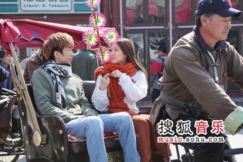 李在元携美女坐北京当当车
