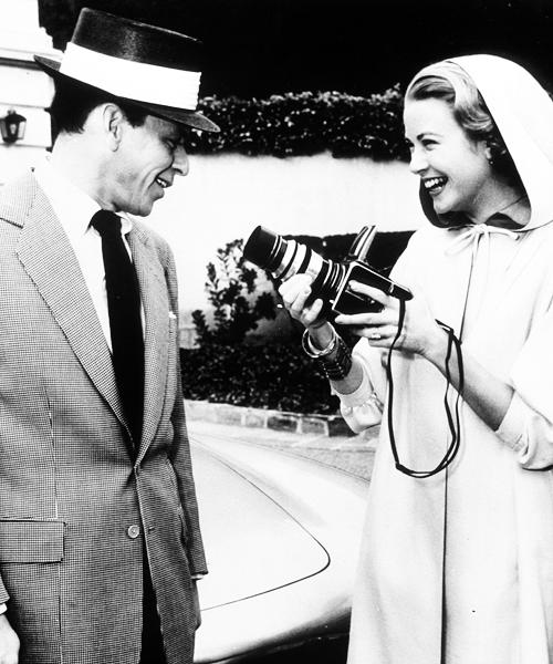 格蕾丝・凯丽使用哈苏相机为法兰克辛纳屈(美国歌手及演员)拍照