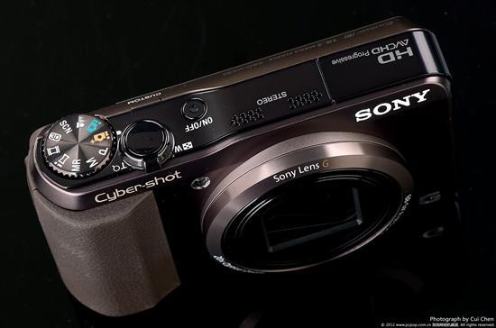 索尼HX30外壳采用了一种名SoRPlas的塑料材质,与金属质感非常相似,并且该材质也非常环保。因此索尼HX30的手感自然不用多说了。