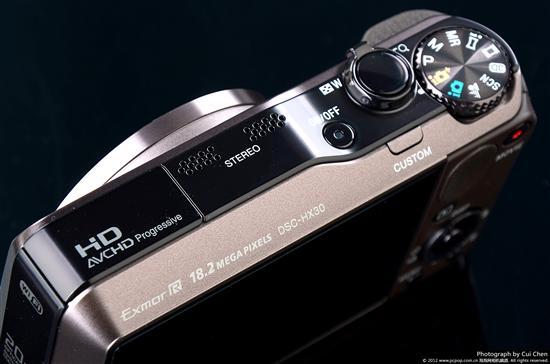 索尼HX30在机顶左侧位置设计了内置闪灯和用于拍摄高清视频时用的立体声收音麦克风。