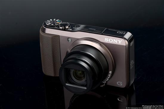 索尼HX30采用了一枚大变焦伸缩镜头,同时该镜头还具有索尼防抖功能。