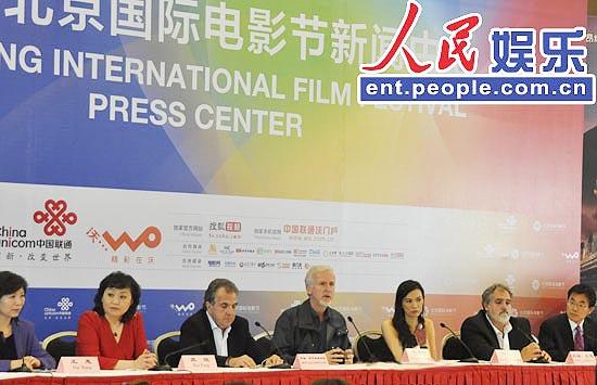 集团与导演詹姆斯卡梅隆一行来到电影节新闻中心,接受境内外记者采访.图片