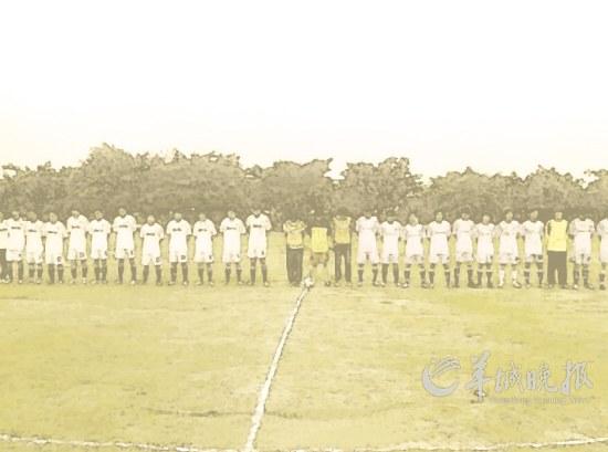 女生 广东/23日下午,广东行政学院一场足球赛前,队员们举行了简短的仪式...