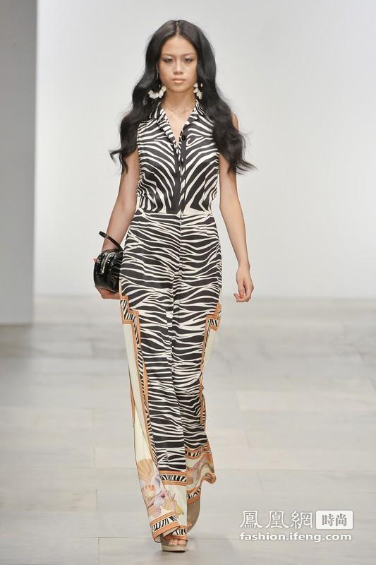 时尚感极高的动物花纹,复杂的花纹很好地将衣服变得立体生动起来,值得