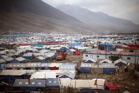 龙虎网讯 4月23日,青海玉树,仍然有数千名居民栖身在帐篷中,等待安置。2010年4月14日青海玉树7.1级地震,造成2698人遇难,数万人无家可归。