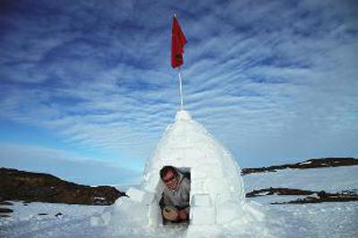 队员们搭建了一个爱斯基摩式雪屋,颜明先生钻进去体验了一下图片