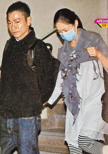 刘德华(左)上周五被拍到陪老婆朱丽倩在香港产检,就诊完更携手下楼。图片来源:台湾《苹果日报》