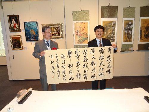 重庆书法家协会主席刘庆渝,日本书道院院长石川方云现场进行书画交流图片