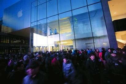 苹果 4S在国内销售时的热烈场面 BLOOMBERG
