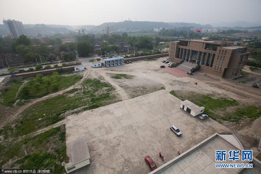2012年4月23日,四川省绵阳市三台县政务大楼,政务大楼外景,墨绿色的