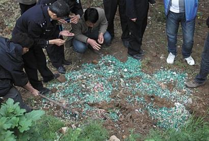 24日,在西安高陵县青云产业园内的一处空地发现一没有挂牌的制药厂掩埋的胶囊,大多是空胶囊,也有一些里面有药粉,高陵县公安、药监、质检等部门到场抽检