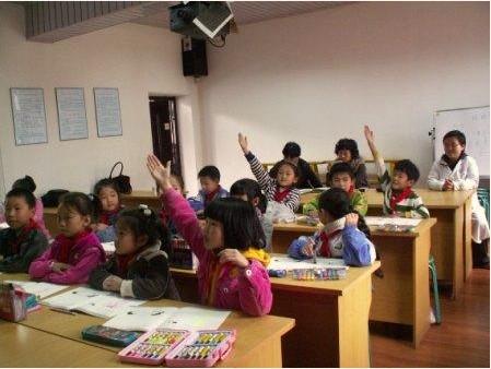 儿童向培训老师提问