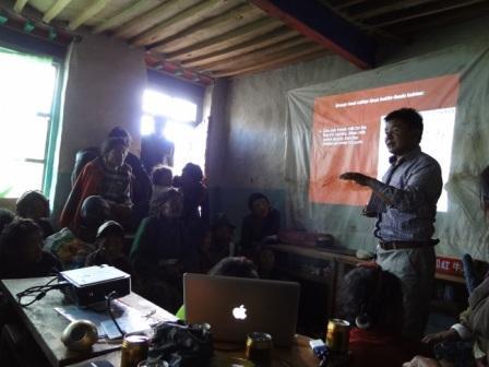 为村民介绍环保及家庭卫生方面知识