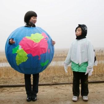 """2010年""""地球日"""",协会会员在黑嘴鸥栖息地表演诗朗诵――《黑嘴鸥与地球母亲》"""