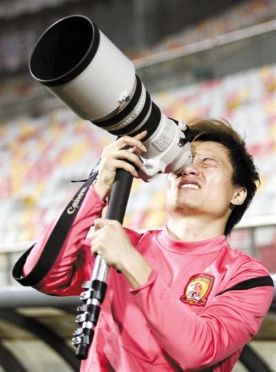 """在天津踩场之际,恒大球员郜林客串""""摄影记者""""。Osports"""