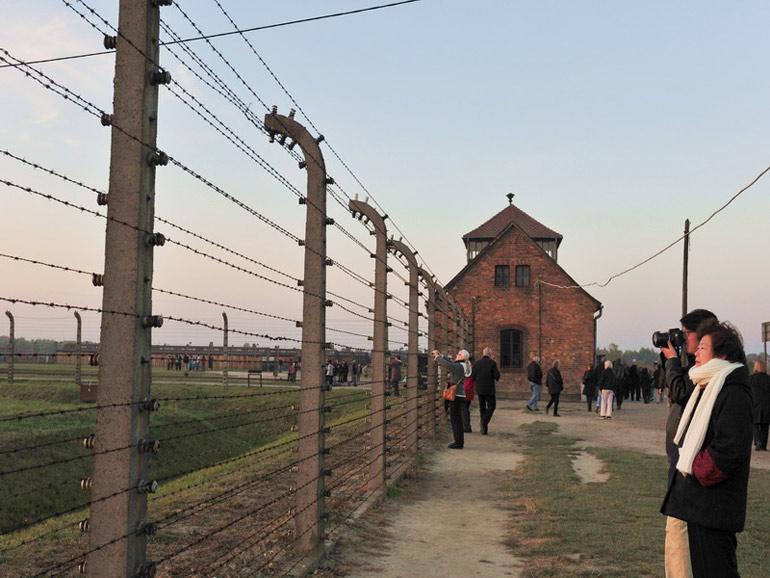 集中营外围的双层电网于世文摄