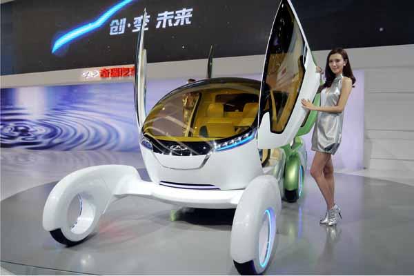奇瑞@ant概念车采用了外形类似蚂蚁仿生学设计的电动车。油-电车体独立,结构简单,通过汽油车与电动车之间的自由组合,实现无限增程,摆脱了对现有公共能源补给模式的依赖。