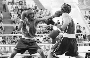 """本报4月26日讯(记者许亮)十年了,麦清贤终于站在最高领奖台。海南拳击队主教练张轲感慨万千,""""真的很不容易,以前连第三名都没有想过,现在却拿到了冠军,这是队员10年挥洒汗水的结果。"""""""