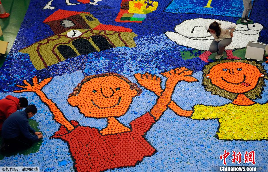 西班牙小學生數萬瓶蓋拼出色彩斑斕卡通畫(組圖)圖片