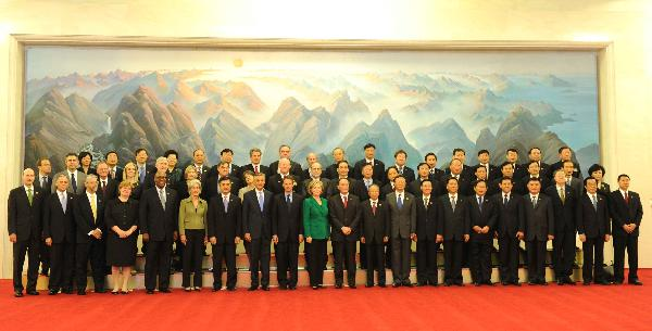 2010年5月24日,为期两天的第二轮中美战略与经济对话在北京人民大会堂举行开幕式。这是开幕式前,王岐山、戴秉国和克林顿、盖特纳及双方代表团主要成员集体合影。新华社记者饶爱民摄