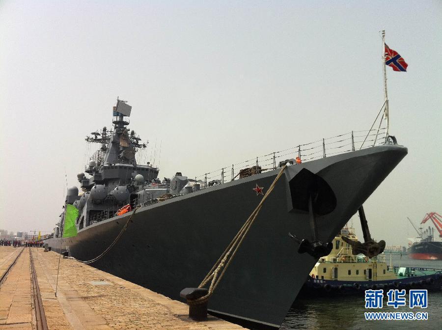 """青岛/2012年4月27日,俄罗斯海军""""瓦良格""""号导弹巡洋舰准备驶离..."""