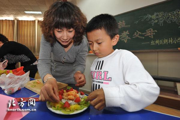 """幼儿水果拼盘的图片; 迎""""五一"""" 天津新村小学开展别样竞技活动(图)_股图片"""