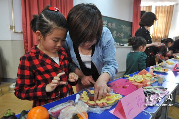 学生与家长共同做水果拼盘图片