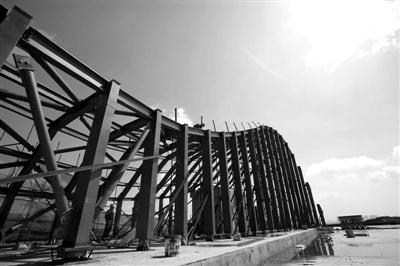 日�zh㹨/_25日,哈尔滨大剧院售票厅钢结构顺利完工.