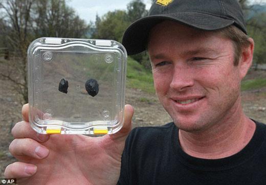 这两块陨石每个大约重10克(合0.35盎司),或是相当于两枚镍币的重量
